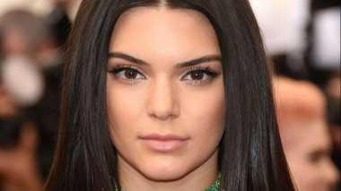 Tidak Diundang Victoria's Secret, Kendall Jenner Tampil Seksi
