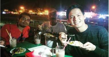 TOP FOOD 10: FOTO, Enaknya Andi Arsyil Asyik Makan Jagung di Yogyakarta