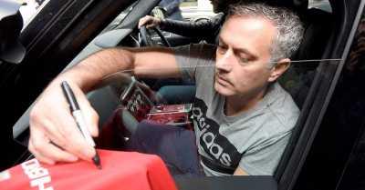 Hot Soccer: Jadi Pelatih Man United, Jose Mourinho Pamer Surat Kontrak di Instagram