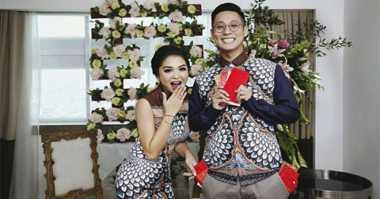 FOTO: Putri Titian & Junior Liem Kenakan Busana Motif Merak saat Tea Pai