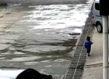 Kecelakaan Tragis, Anak Dua Tahun di China Dilindas Minibus