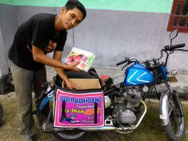 Sugeng, Tukang Tambal Ban yang Berkeliling Pinjamkan Buku Gratis