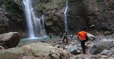 Keluarga Tabur Bunga saat Penutupan Pencarian Korban Air Terjun
