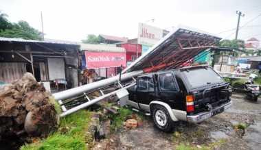 Badai Mengamuk di Padang, Pohon dan Baliho Ambruk