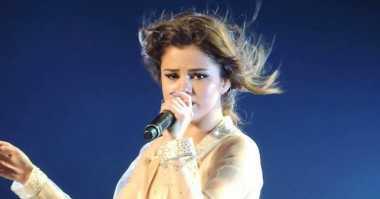 Selena Gomez Menangis Bawakan Lagu Who Says