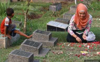 Tradisi Bersih-Bersih Makam Sambut Peziarah Jelang Ramadan