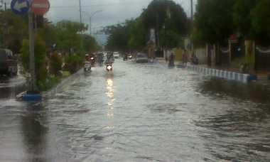 Diguyur Hujan Dua Jam, Jalan Protokol di Bangkalan Kebanjiran