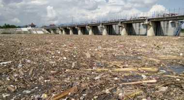 Puluhan Ton Sampah Cemari Sungai Bengawan Solo