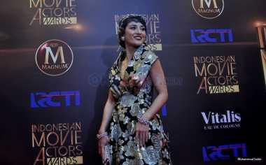 IMA Awards 2016: Cantiknya Julie Estelle Pakai Gaun Motif Bunga Emas