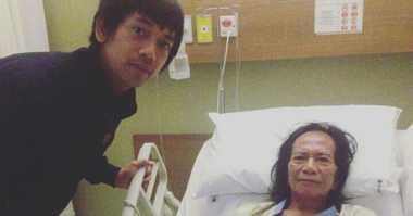"FOTO: Ryan ""D'Masiv"" Jenguk Yon Koeswoyo di Rumah Sakit"