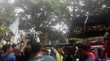 Demo di PTUN, Nelayan Bawa Keranda dan Replika Perahu