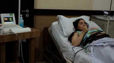 FOTO: Kontraksi, Tya Ariestya Dilarikan ke Rumah Sakit