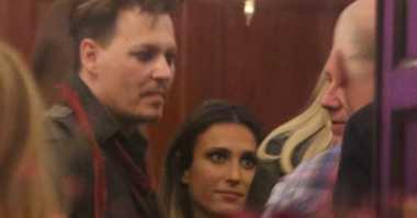 Johnny Depp Berpesta dengan Seorang Wanita Misterius