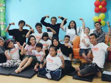 FOTO: Andien Berbagi Kebahagian di Rumah Singgah Penyandang Kanker