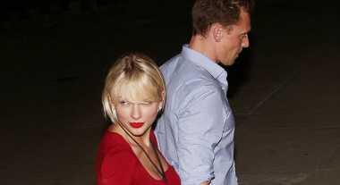 Taylor Swift Kenalkan Tom Hiddlestone pada Orangtua