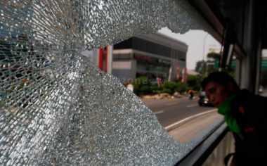 Usai Bentrok di GBK, Bus Suporter Dilempari Batu di Jagakarsa