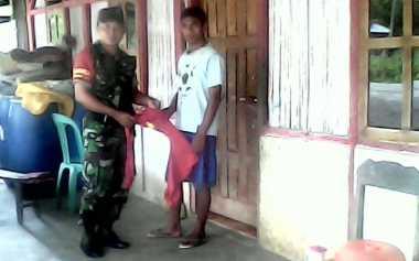 Pemuda Ini Ditangkap Gara-Gara Pakai Kaus Berlogo Palu Arit