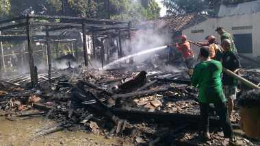 Dua Rumah dan Toko Onderdil Motor Ludes Terbakar