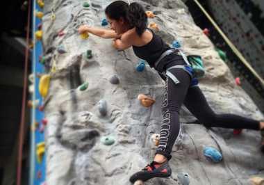 FOTO: Aksi Prisia Nasution Wall Climbing Keren Banget!