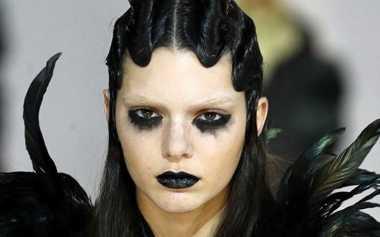 Jadi Bintang Iklan, Kendall Jenner Tampil Gotik