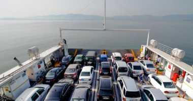Gelombang Tinggi, Truk & Mobil Pemudik Menumpuk di Pelabuhan Bakauheni