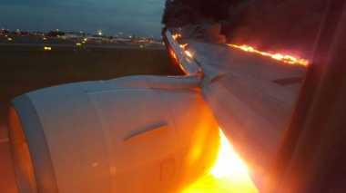 Sayap Maskapai Singapore Airlines Terbakar