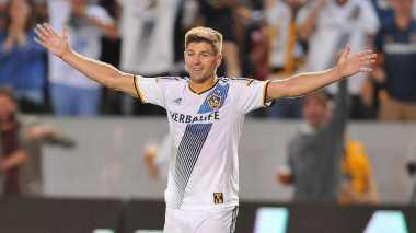 Ada Hal Aneh di Punggung Steven Gerrard
