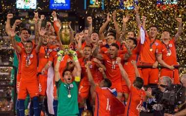Sanchez Bangga Persembahkan Trofi Copa America Centenario 2016 untuk Cile