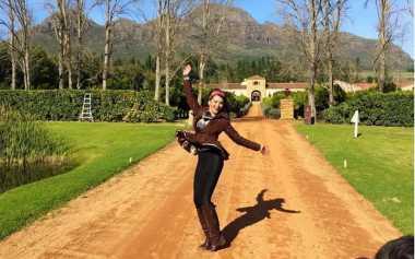 FOTO: Gaya Busana High Fashion Farah Quinn saat Safari ke Afrika Selatan