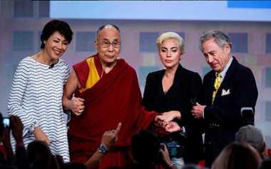 Lady Gaga Pamer Foto Bersama Dalai Lama