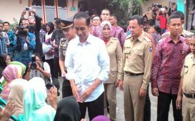 Jokowi Bagikan 1.000 Paket Sembako ke Warga Bogor