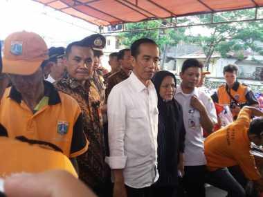 """Jokowi """"Dihadang"""" Seniman Reog Usai Bagi Sembako"""