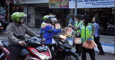 Polantas Bagi-Bagi Makanan Bikin Pemotor Panik