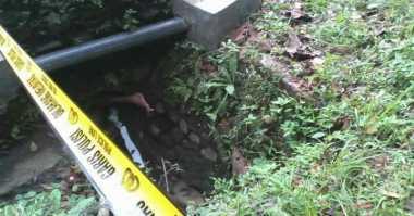 Mayat Wanita Bertato Ditemukan Membusuk di Gorong-Gorong