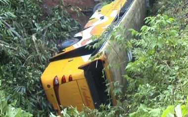 Bus Pemudik Masuk Jurang, Satu Tewas dan Puluhan Terluka