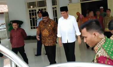 Bagikan Sembako di Serang, Jokowi Sempatkan Salat Berjamaah