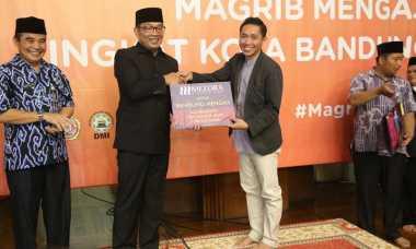 Di Acara Magrib Mengaji, Ridwan Kamil Bagi-Bagi Mukena dan Juz Amma