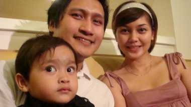 Ajarkan Puasa, Arie Untung Beri Iming-Iming Hadiah Pada Anak