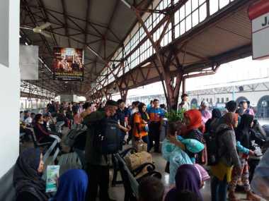 INFO MUDIK: Stasiun Senen Dipadati Ribuan Pemudik