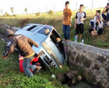 INFO MUDIK: Minibus Hilang Kendali, Masuk ROW Tol Cipali
