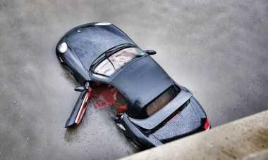 Banjir di China, Mobil Porsche Diabaikan Begitu Saja di Jalan