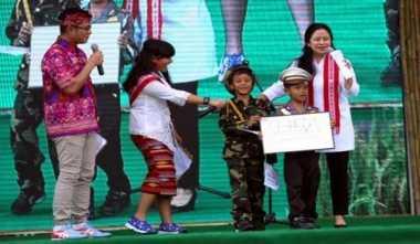 Menko PMK Bermain Bersama Anak-Anak Mataram