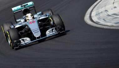 Lewis Hamilton Masih Pimpin Jalannya Balapan