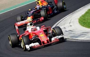 Hamilton Masih Memimpin, Verstappen-Raikkonen Saling Sikut untuk Posisi Lima