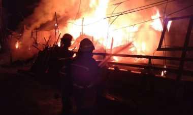 Kebakaran Melanda Tokoh Kayu Bekas di Bandung