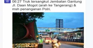 Insiden Truk Nyangkut di Jembatan Penyeberangan Terulang di Daan Mogot