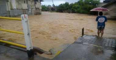 Terjebak dalam Mobil yang Direndam Banjir, Empat Tewas