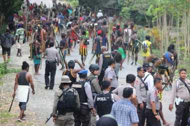 Bentrok di Papua, Dua Warga Tewas & Puluhan Rumah Dibakar
