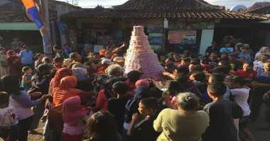 Ribuan Orang Berebut Gunungan Teh di Festival Seni & Kirab Budaya