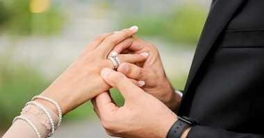 HOT THREAD (3): Bolehkah Istri Menyematkan Nama Suami di Belakang Namanya? Ini Dia Penjelasannya